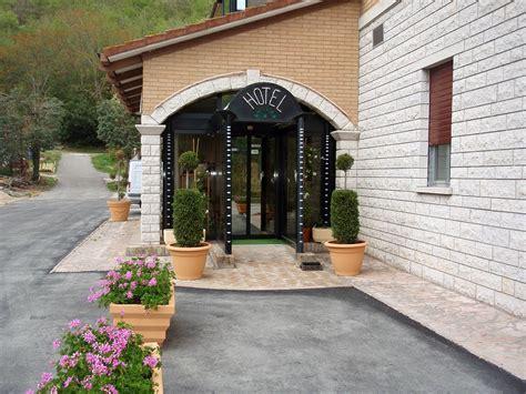 ingresso albergo albergo hotel ristorante al lago fossombrone pesaro