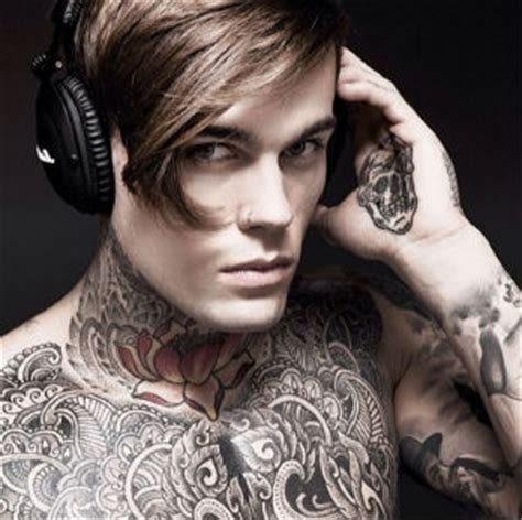 stephen james otro modelo con piercings y tatuajes