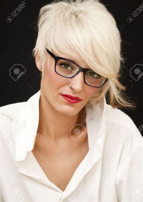 die  besten ideen zu kurzhaarfrisuren mit brille auf