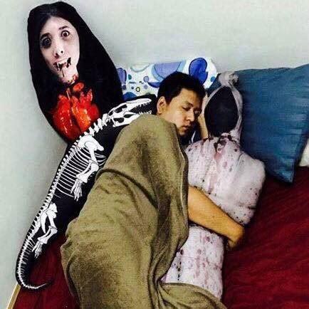 bantal hantu pocong  mungkin teman tidur terbaik