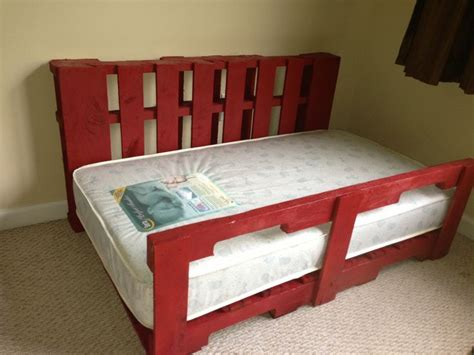 pallet toddler bed 1155 best images about diy with pallets and crates on