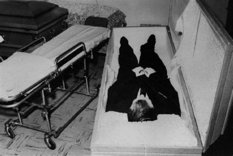 celebrities death pictures in casket photos of dead celebrities in their caskets