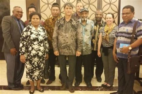 Buku Papua Menggugat Teori Politik Otonomisasi Nkri Di Papua Barat gereja gereja di papua dukung ri berdialog dengan ulmwp