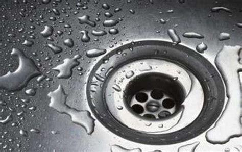 eliminare calcare vetro doccia prodotti per pulire il calcare e goccioline box doccia