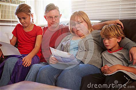sofa drugs familia infeliz que se sienta en sofa looking at bills