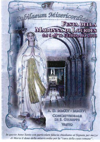 la statua della vergine di lourdes al centro una piccola lourdes nella cattedrale di san giuseppe al