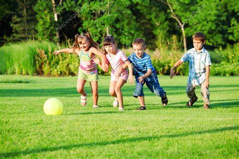 imagenes niños jugando en grupo grupo de ni 241 os jugando con pelota foto de stock