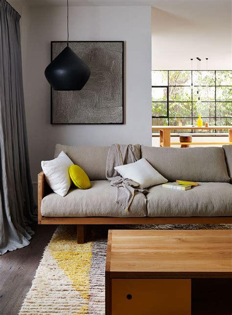 canapé couleur prune salon gris clair et taupe