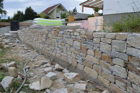 Bau Eines Stein Kamins by Naturstein Mauer 17 Best Ideas About Natursteinmauer On