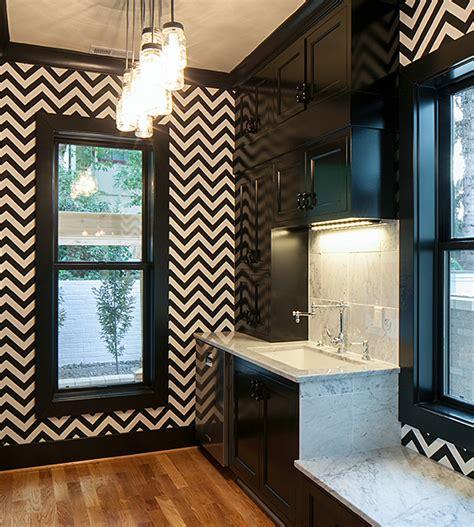 black and white wallpaper in kitchen кухня в черно белых цветах выбираем шторы обои кухонная