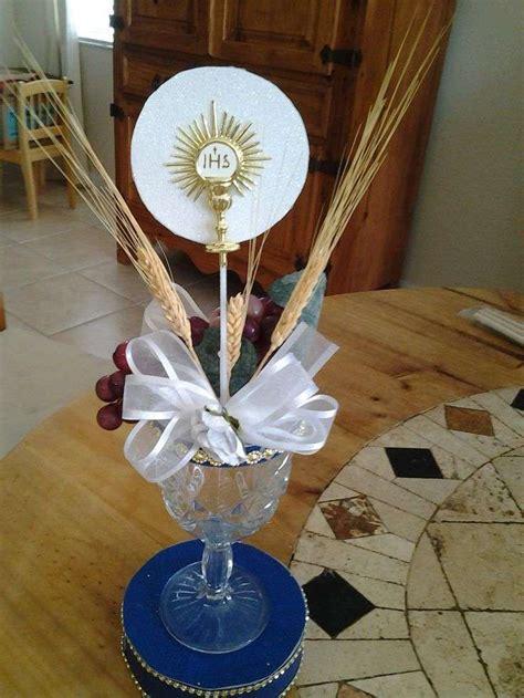 centros de mesa para primera comuni 243 n ideas para decorar en casa centro religioso con copa y