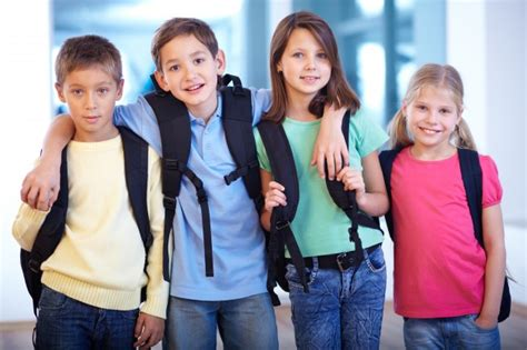 imagenes niños yendo al colegio los ni 241 os yendo a la escuela juntos descargar fotos gratis