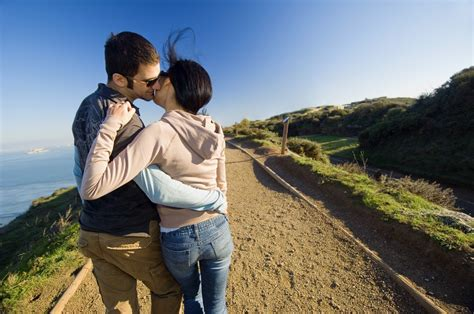 love couple kiss themes romantic love couples kissing wallpapers 4 top world pic