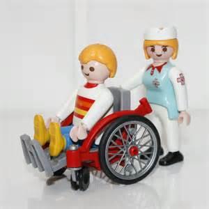 il essaie de rouler les vigiles en fauteuil roulant le