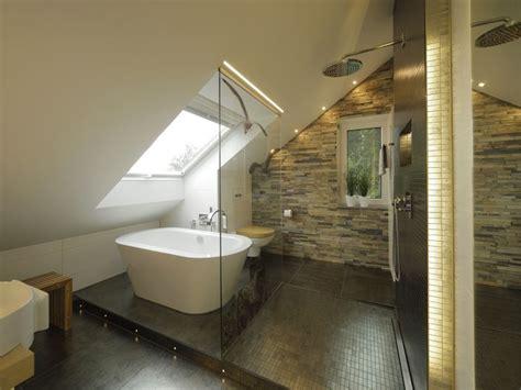 Badezimmer Gestalten Ideen 4001 by Neben Dem Gro 223 En Dachfenster Sorgt Die Akzentbeleuchtung