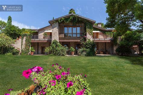 villa con giardino e piscina villa con piscina vigneto e uliveto in vendita a 3 km da