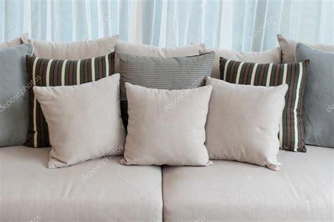 sul divano cuscini sul divano platecolorado