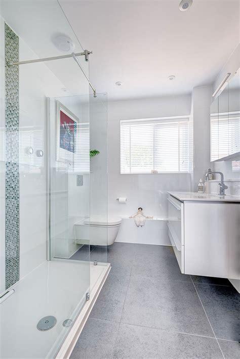 10 astuces infaillibles pour agrandir visuellement une salle de bain bricobistro