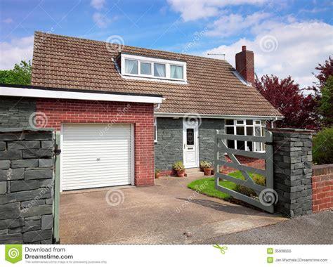 garage des vieilles anglaises maison anglaise avec le garage photo libre de droits