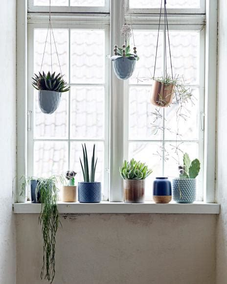 fensterbrett pflanzen befestigen dekoideen f 252 r das fenster vasen windlicher und stoffe