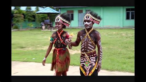 Baju Show Nyayi Penyanyi Tari tari adat papua di hari kartini smk n 1 kab sorong