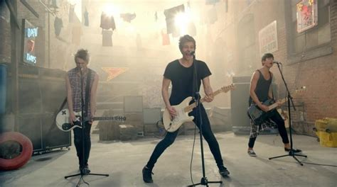 5 seconds of summer she looks so perfect youtube 5 seconds of summer quot she looks so perfect quot directlyrics