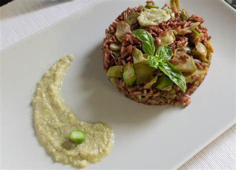 cucinare il riso rosso riso rosso integrale con asparagi e carciofi ricetta