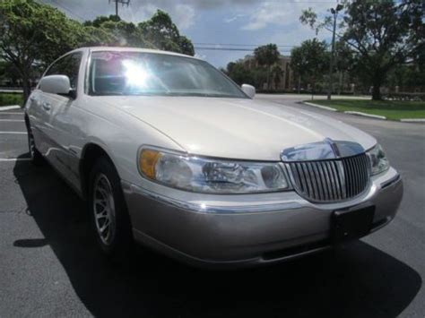 buy   lincoln town car premium signature series