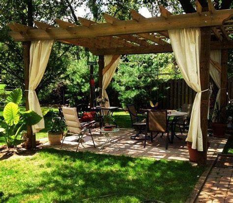 small backyard pergola am 233 nagement jardin pergola plus intimit 233 dans votre espace