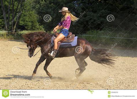 Imagenes De Vaqueras Y Caballos | montar a caballo de la vaquera foto de archivo imagen de