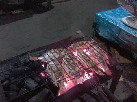 Sambal Ikan Cakalang Gurih Pedas By Nacha menikmati seporsi ikan cakalang bakar di warung tenda