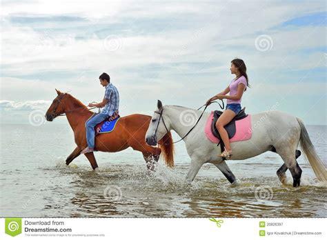 animalismo mujer folia con caballo uomo e una donna su a cavallo immagine stock immagine