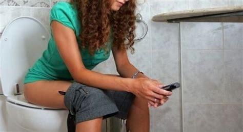 persone fanno l in bagno lo smartphone non si dovrebbe mai portare in bagno