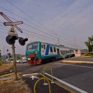pavia treno pavia treno contro auto incastrata sui binari nessun