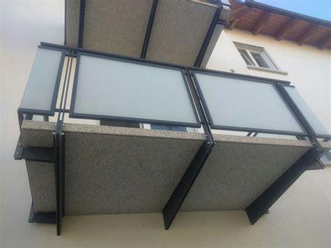 ringhiera di vetro ringhiere balconi con telaio in ferro e pannelli in vetro