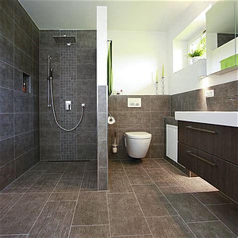 master bathroom umgestalten kosten bodengleiche dusche thermostatarmatur fliesenmosaik