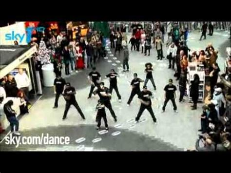 best flash mobs of all time boat 1 flash mob 100 in piccadilly circus to beyonce