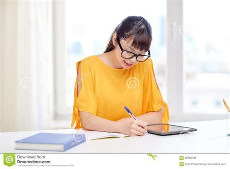 pc zuhause asiatinstudent mit tabletten pc zu hause stockfoto bild