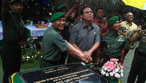 Prajurit Prajurit Di Kiri Jalan warga dwikora tutup jalan tni au hanya tersenyum metro