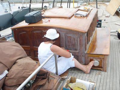 zeiljacht schilderen houten boot onderhoud onderhoud houten stuurhut met