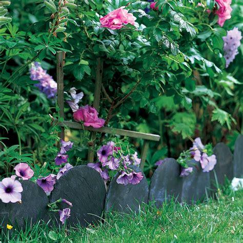 une bordure de jardin en ardoise