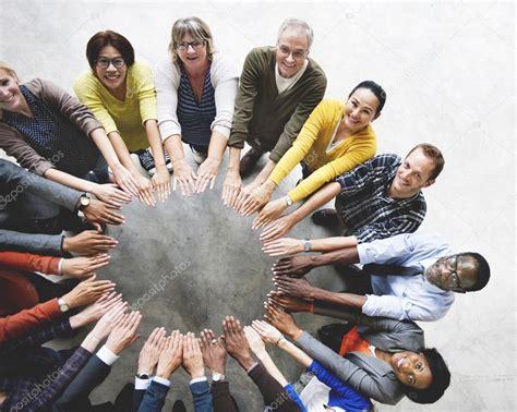 imagenes de varias personas trabajando grupo de personas trabajando juntos foto de stock