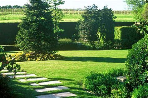 fare il giardino preparare il giardino all inverno cosa fare pollicegreen