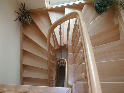 gewendelte treppe fliesen podest treppe idee