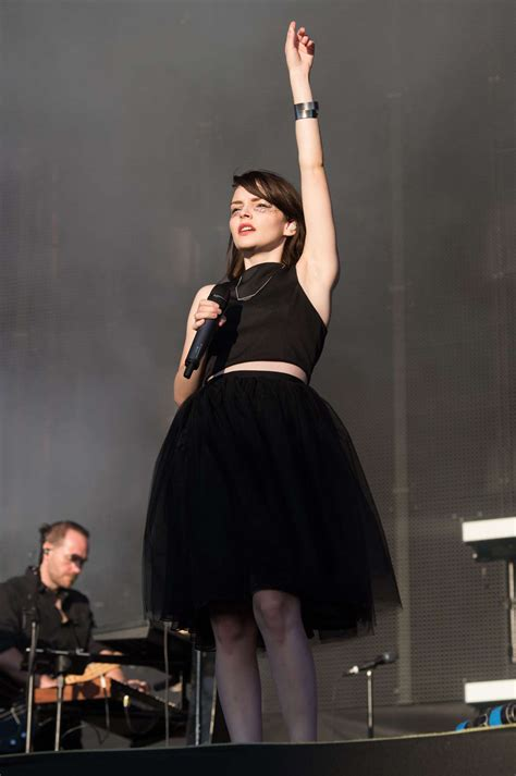 lauren mayberry peforms  reading festival   gotceleb
