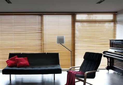 lamellen jalousie holz sichtschutz im wohnzimmer moderne plissees gardinen und