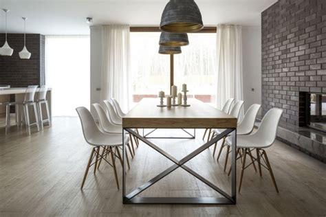 Bien Table Salle A Manger Plateau Verre #2: meubles-salle-%C3%A0-manger-table-rectangulaire-bois-chaises-pieds-bois-revetement-mural.jpg