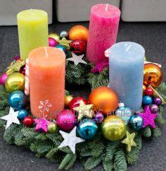 Adventskranz Bunte Kugeln by Tischgesteck Advent Weihnachtsgesteck Adventskranz Lila