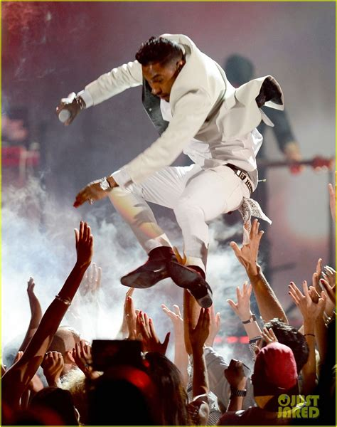 miguel photos photos 2012 billboard music awards miguel lands on audience member s head at billboard music