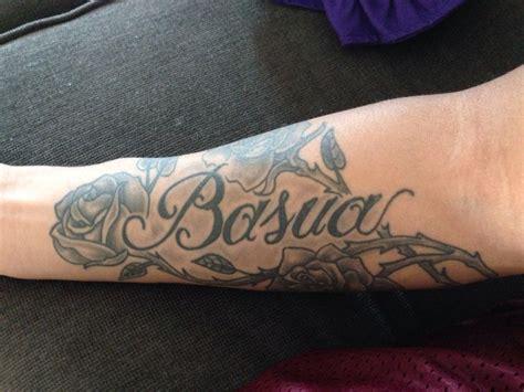 tatouage femme prenom sur interieur avant bras entoure de